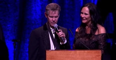 Randy Travis Leads Crowd In 'Amazing Grace' 3 Years After Stroke