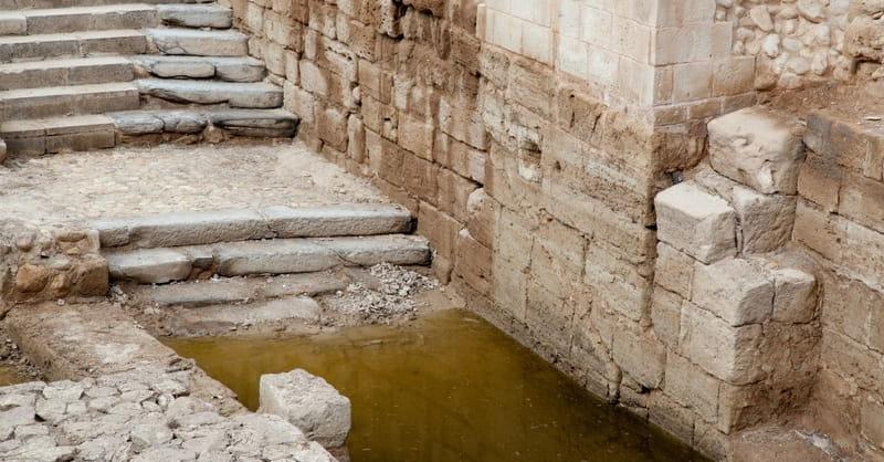 Cristãos se reúnem no local do batismo de Jesus, apesar da ameaça de minas terrestres