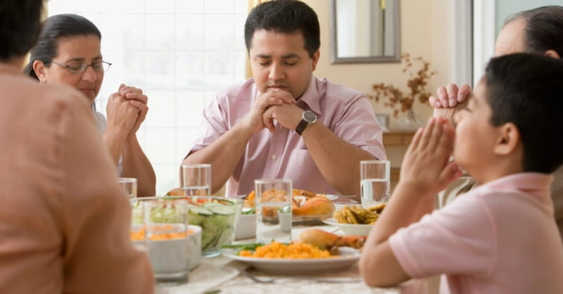 Poll: Nearly Half of Americans Pray before Meals
