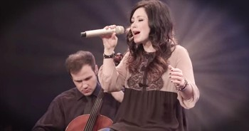 Kari Jobe Sings An INCREDIBLE Live Version Of 'I Am Not Alone'