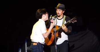 Jason Mraz Pulls Fan Onstage For Awesome Surprise