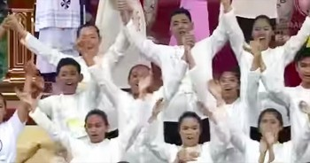 Thousands Of People Come Together To Sing 'Tell The World Of His Love'