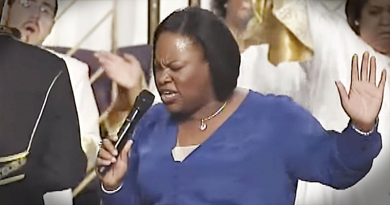 Tasha Cobbs Performs 'Break Every Chain' At Church