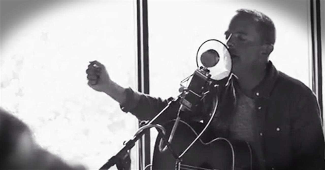 'Almighty' – Beautiful Acoustic Worship From Chris Tomlin