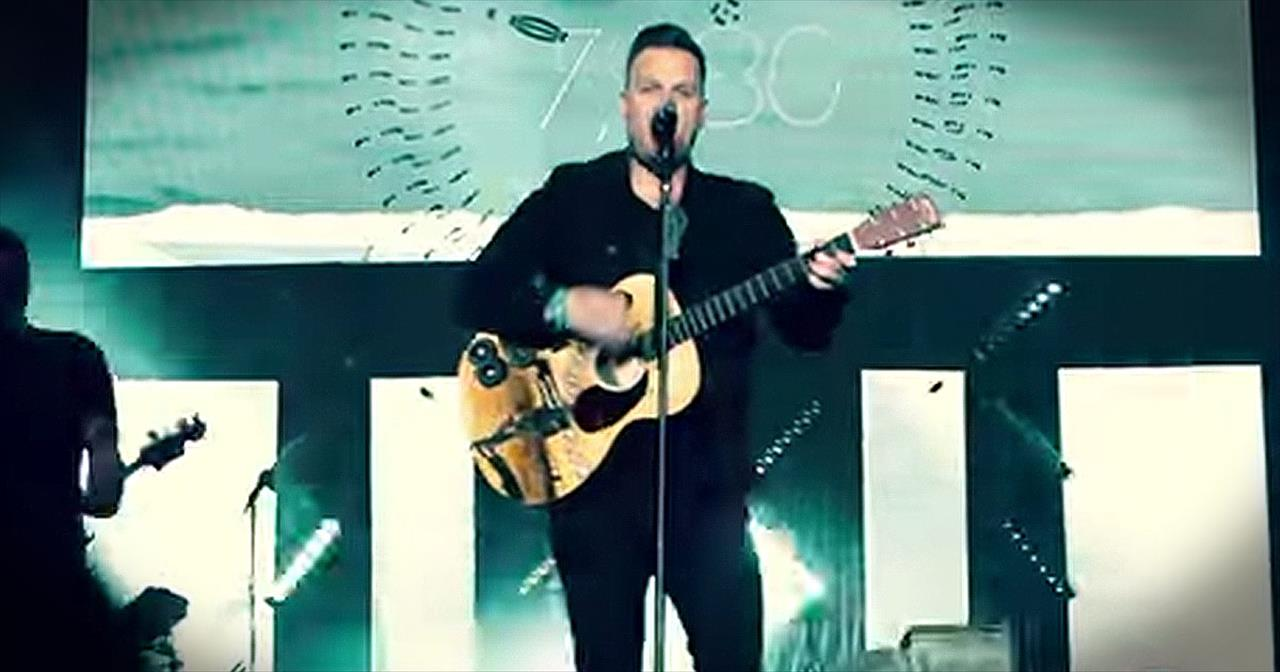 'Live Forever' – Energetic Live Performance From Matthew West