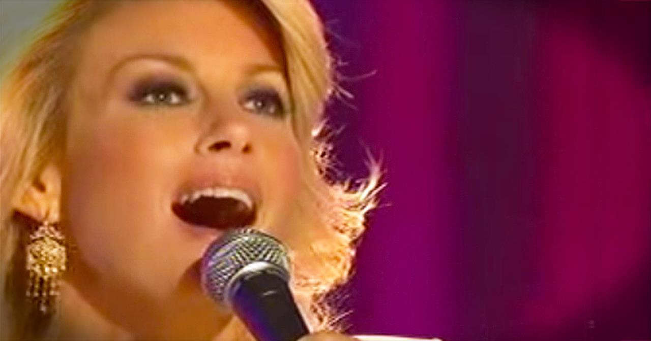 'O Come All Ye Faithful' – Beautiful Performance From Faith Hill