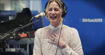 Jennifer Nettles Sings Christmas Mashup Of 'O Holy Night' And 'Hallelujah'