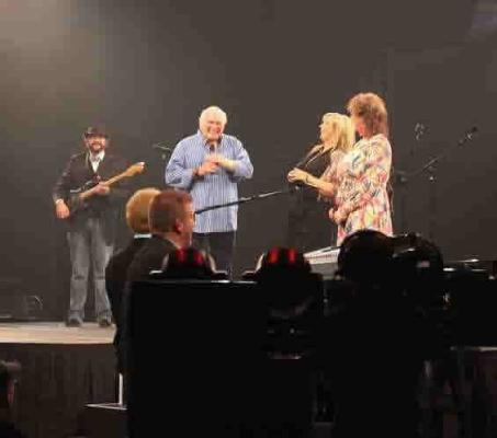 NFL great Terry Bradshaw makes a surprise appearance with the Isaacs